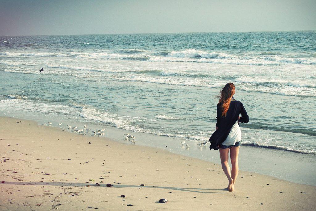 correre e camminare sulla spiaggia